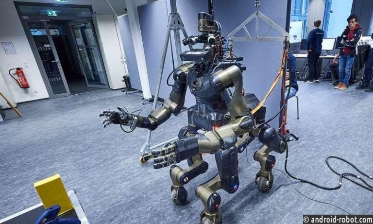 Устойчивый двуногий робот управляется движениями человека